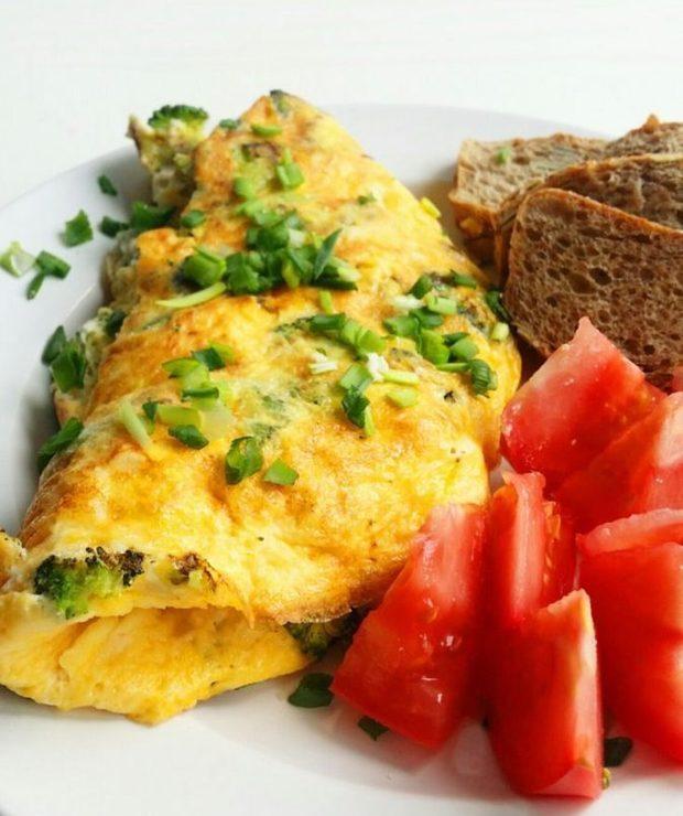 omlet z brokułami i fetą - Jajka i omlety