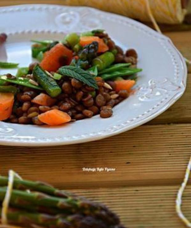 Sałatka z soczewicy i nowalijek ( młoda marchewka, szparagi, groszek cukrowy, liście młodego buraka, cebula dymka) - Jarskie