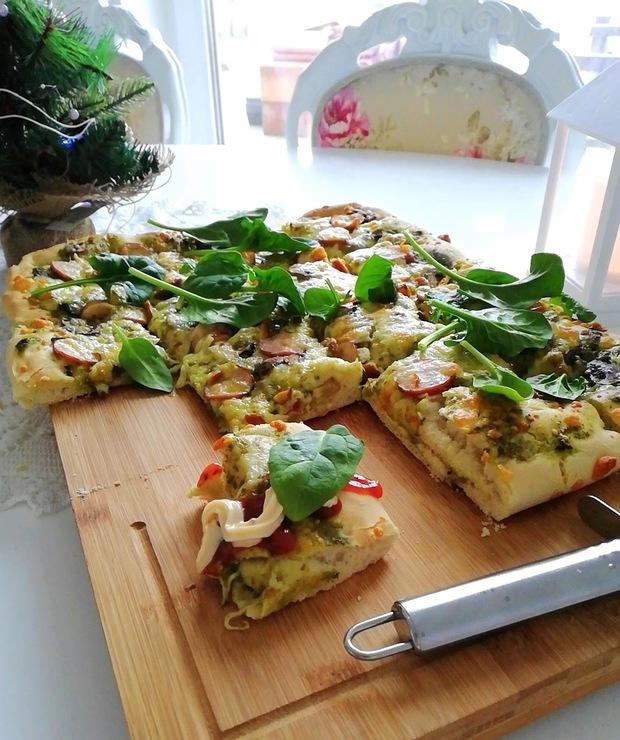 Pizza z pesto, kiełbasą, oscypkiem i szpinakiem - Na gorąco