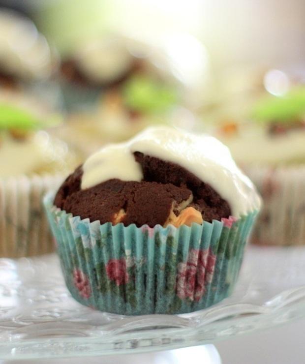 Muffiny czekoladowe z mleczkiem kokosowym, kawałkami białej czekolady i polewą jogurtowo-czekoladową - Muffiny i babeczki