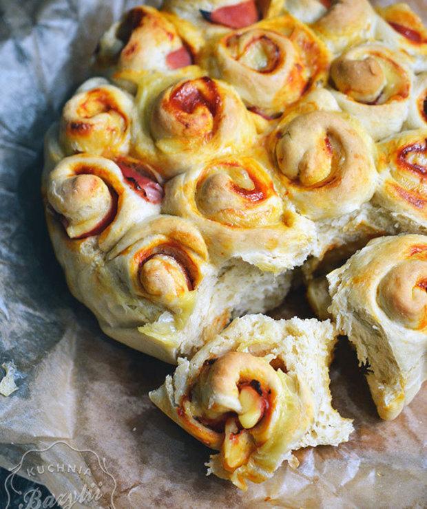 Odrywane drożdżowe ślimaczki z szynką i serem - Bułki