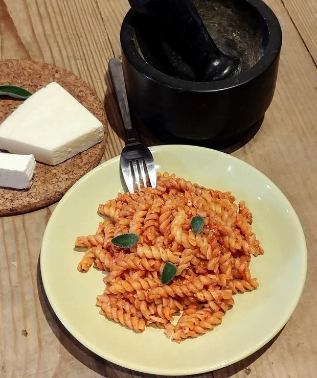 Szybki makaron w śmietanowo-pomidorowym sosie - Dania z makaronu