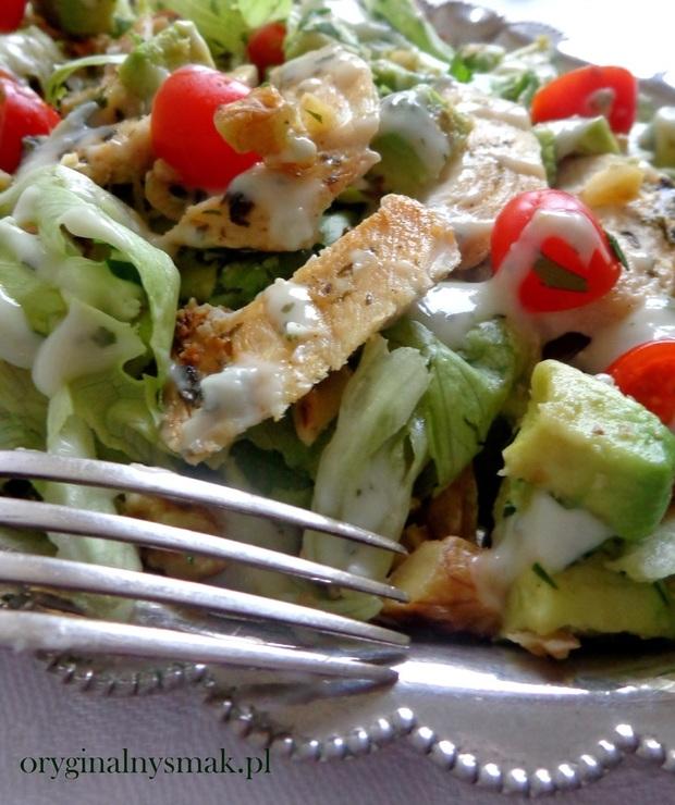 Sałatka z kurczakiem, awokado, pomidorkami, orzechami i sosem z gorgonzoli - Mięsne