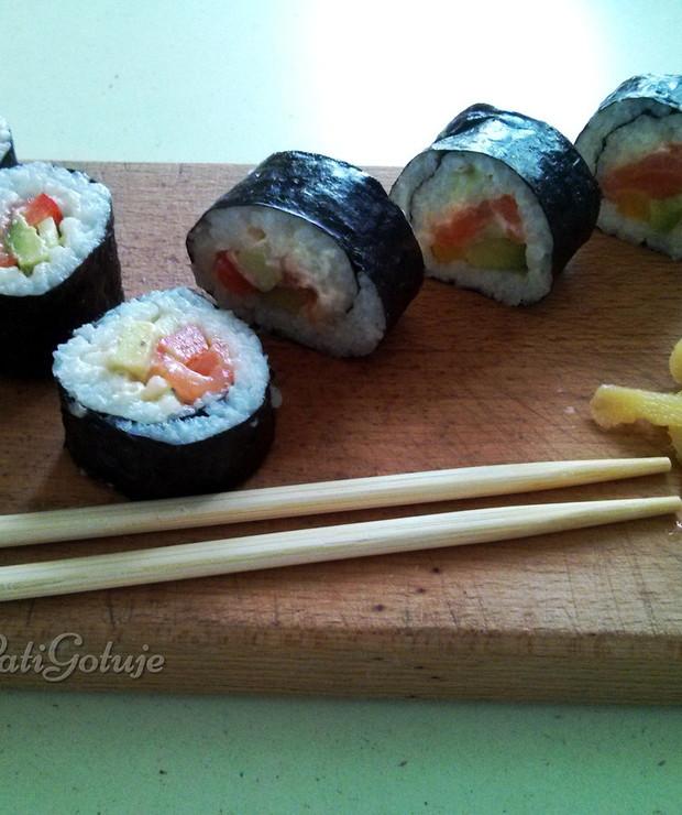 Sushi futomaki z wędzonym łososiem, warzywami i serkiem śmietankowym - Łosoś