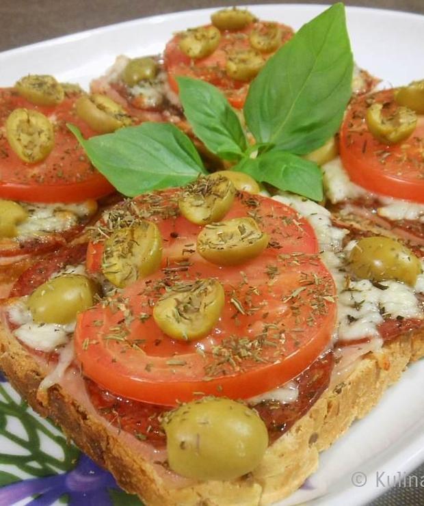Tosty zapiekane z salami, mozzarellą i pomidorem - Kanapki i tosty