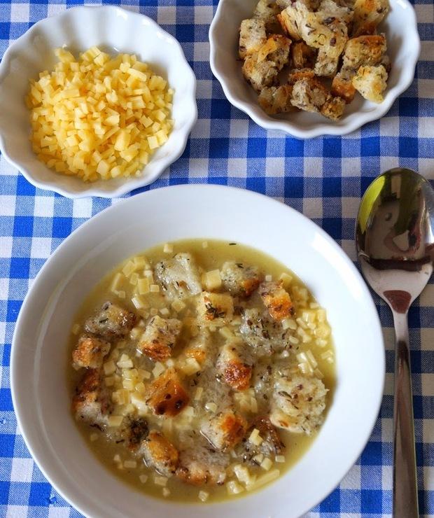 Zupa cebulowa z grzankami i serem - Z warzywami