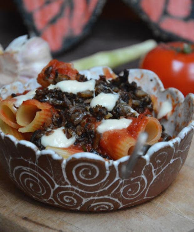 Makaron z domowym sosem pomidorowym i mielonym z pieczarek, zapiekany z mozarella  - Dania z makaronu
