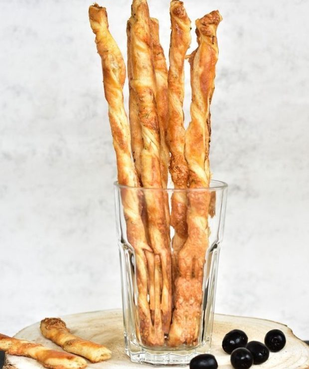 Serowe paluszki z ciasta francuskiego - Na gorąco