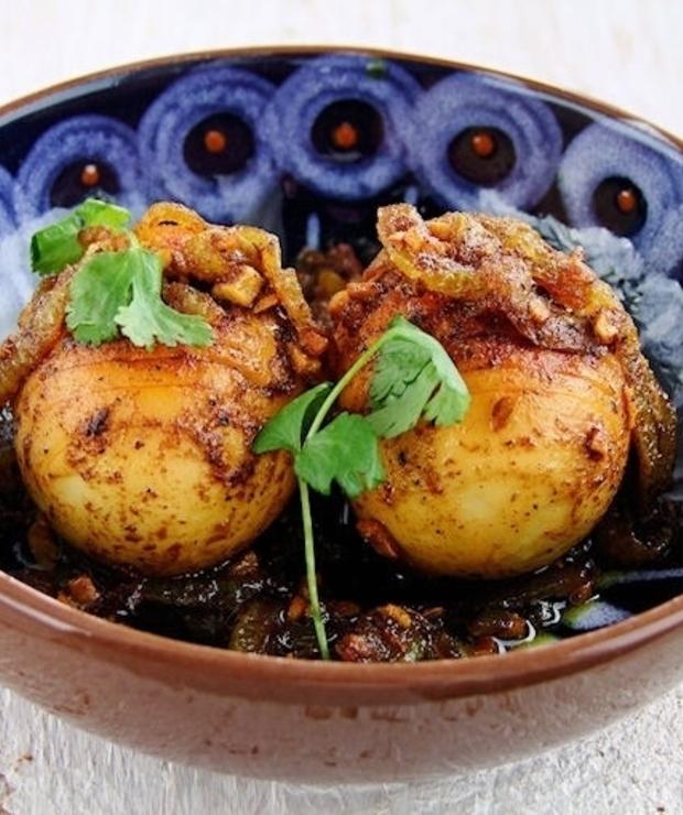 jajka ze smażoną cebulką i curry - Na gorąco