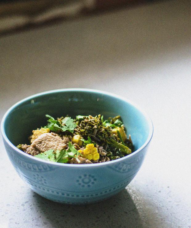 Orientalny makaron z kurczakiem, brokułami i kukurydzą w sosie orzechowym - Drób