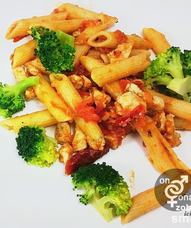 drobiowe rigatoni z brokułem i suszonymi pomidorami - Dania z makaronu