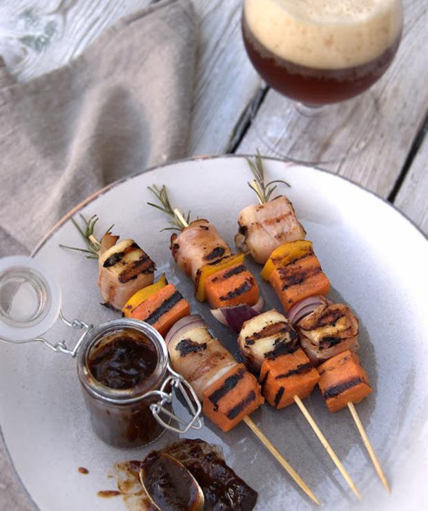 Szaszłyki z batatów, halloumi i szynki szwarcwaldzkiej z sosem z wędzonych śliwek, podane z rauchbockiem - Na gorąco