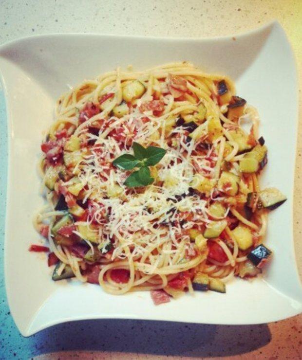 spaghetti z cukinią, szynką parmeńską i pomidorami - Dania z makaronu