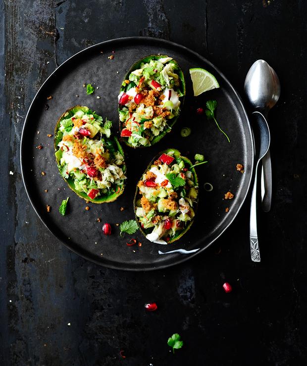 Awokado faszerowane wędzoną makrelą i chrupiącymi warzywami - Na zimno