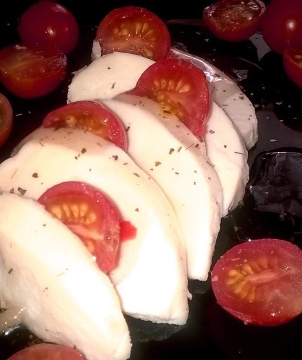Mozzarella i pomidory koktajlowe w sosie vinegret - Przystawki i przekąski