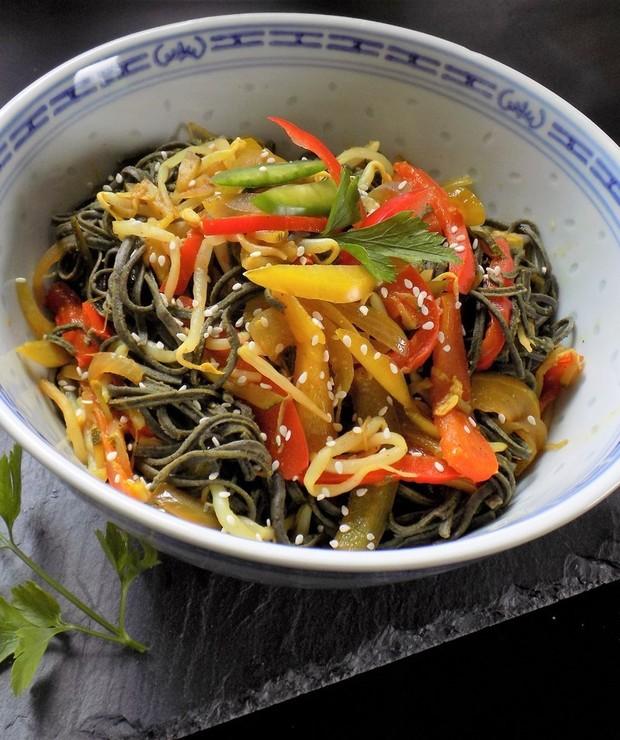 Warzywa z Woka  z Makaronem z Czarnej Fasoli - Dania z makaronu