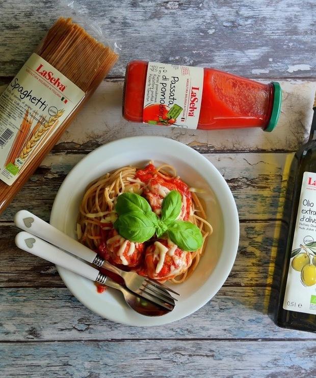 Spaghetti z sosem pomidorowym i mięsno warzywnymi kulkami - Dania z makaronu