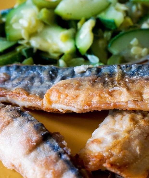 Świeża, smażona makrela z duszonymi warzywami  - Makrela