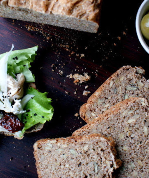 Pełnoziarnisty chleb graham z ziarnami słonecznika i pestkami dyni na maślance - Chleby