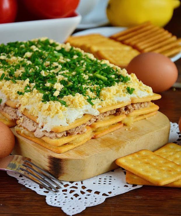 Sałatkowe Ciasto czyli Sałatka z tuńczykiem na krakersach - Mięsne