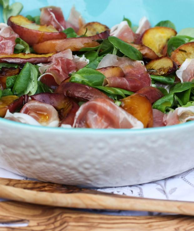Sałatka z brzoskwinią i szynką serrano - Mięsne