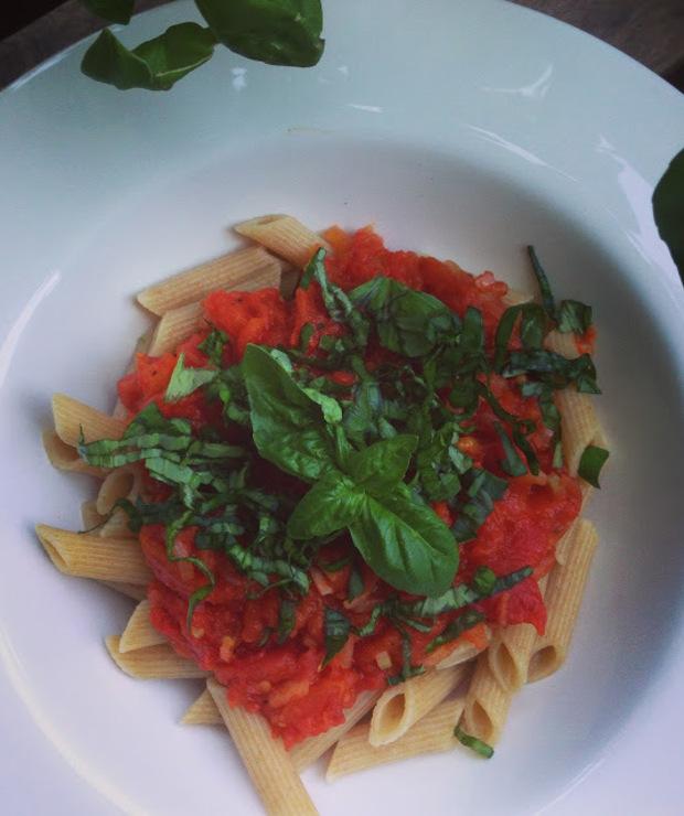 makaron z sosem ze świeżych pomidorów i selera naciowego - Dania z makaronu