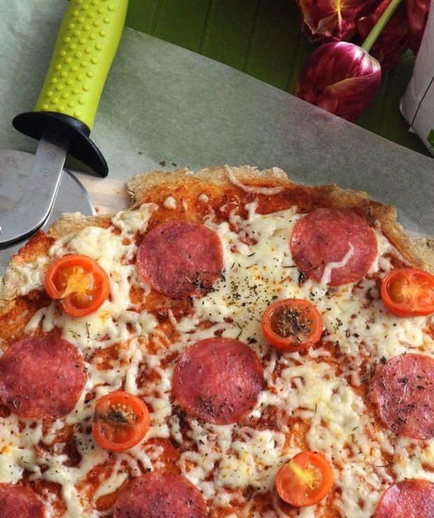 Szybka pizza na orkiszowym spodzie bez drożdży - Pizza i calzone