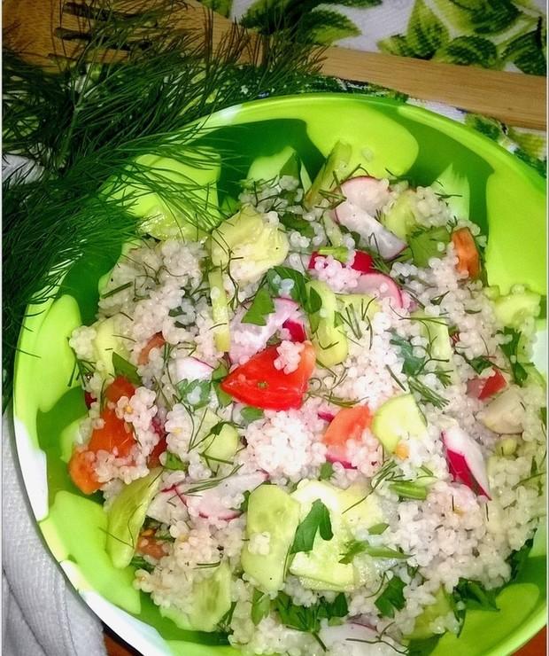Zdrowa sałatka z kaszą jęczmienną i warzywami - Jarskie