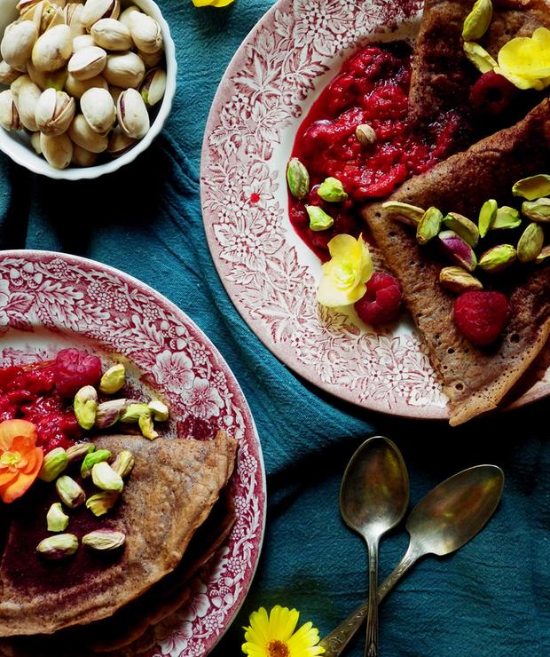 Bezglutenowe naleśniki czekoladowe z gorącymi malinami i pistacjami - Bezglutenowe