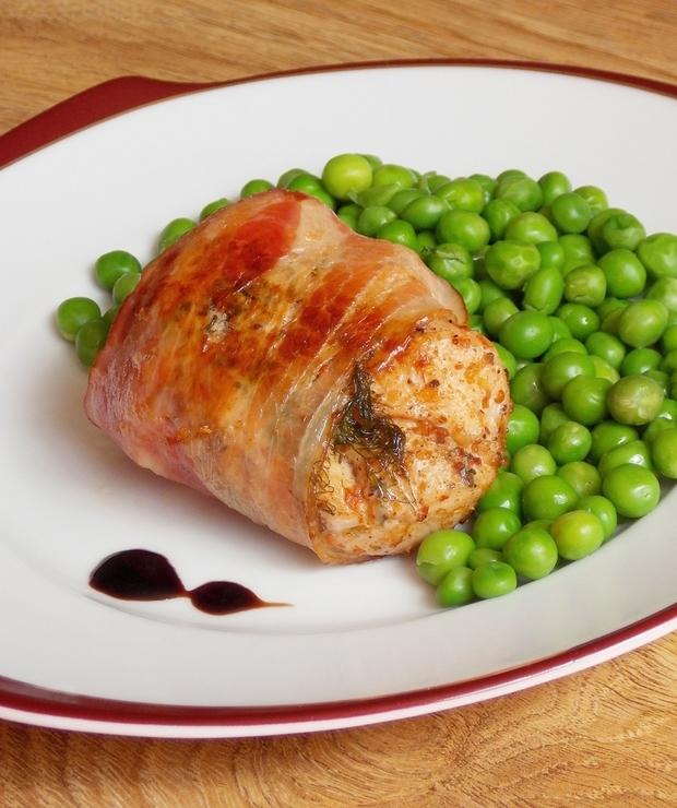 Aromatyczny kurczak otulony boczkiem - Drób
