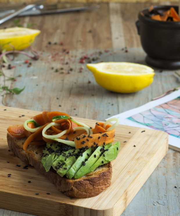 Kanapki z awokado, marynowaną marchewką i czarnym sezamem - Kanapki i tosty