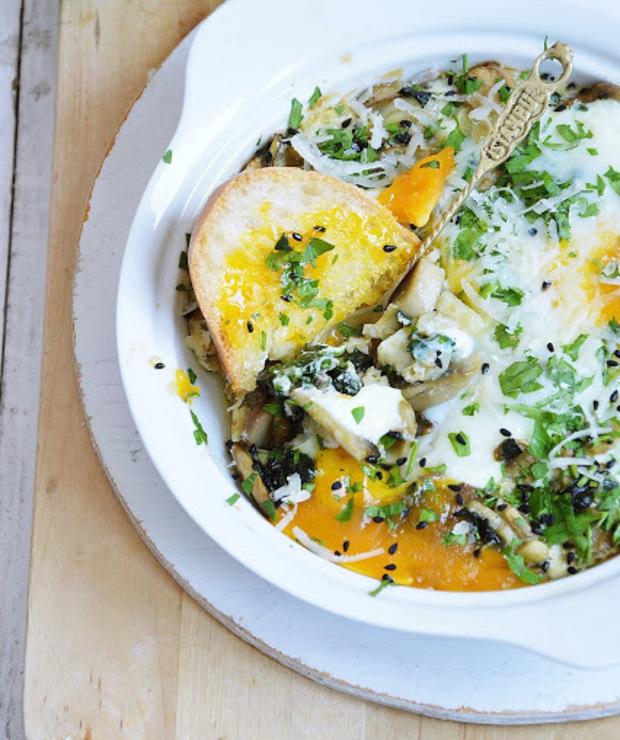 Jajka zapiekane z pieczarkami i szpinakiem - Jajka i omlety