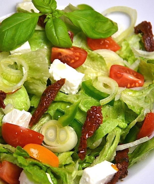 Sałatka z suszonymi pomidorami i serem feta - Surówki