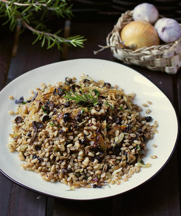 Sałatka z pęczaku, grzybów i karmelizowanej cebuli - Jarskie