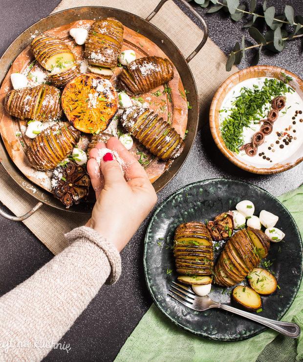 Ziemniaki hasselback zanchois, mozzarellą, parmezanem itymiankiem - Na gorąco
