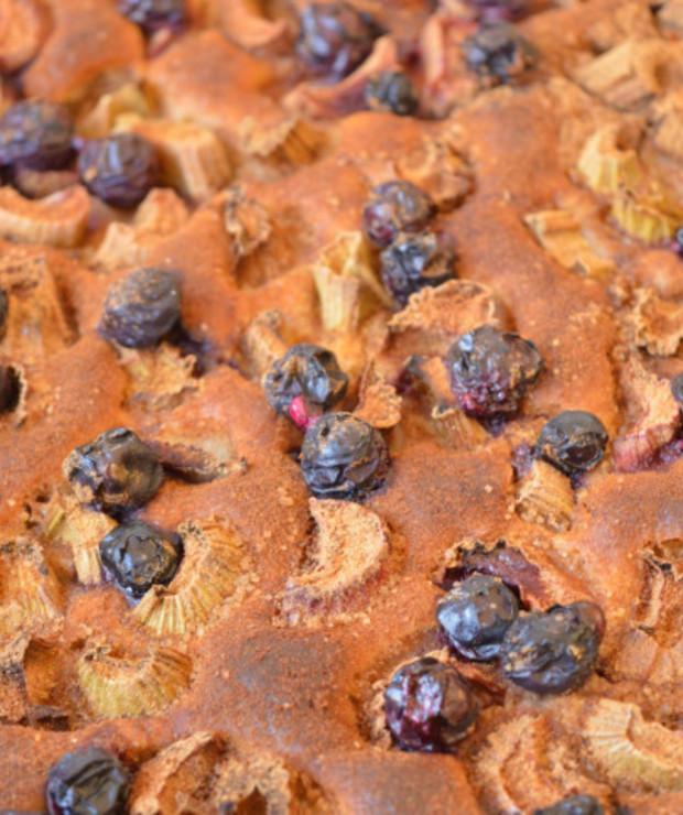 Ciasto drożdżowe z rabarbarem, borówkami i cynamonową posypką - Drożdżowe