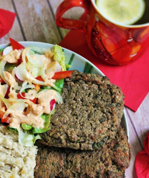 Szpinakowe placki ziemnaczane z proteinowym puree oraz sałatką i sosem hummusowym - Warzywa