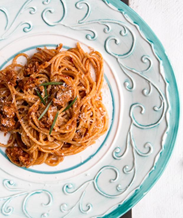 Spaghetti. Wieprzowe kiełbaski, suszone grzyby i świeże zioła. - Dania z makaronu