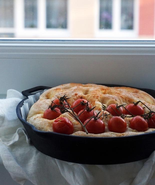 Focaccia z pomidorami koktajlowymi i harissą - Na zimno
