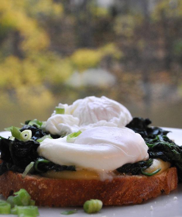 Jajka w koszulce na grzance ze szpinkiem - Kanapki i tosty
