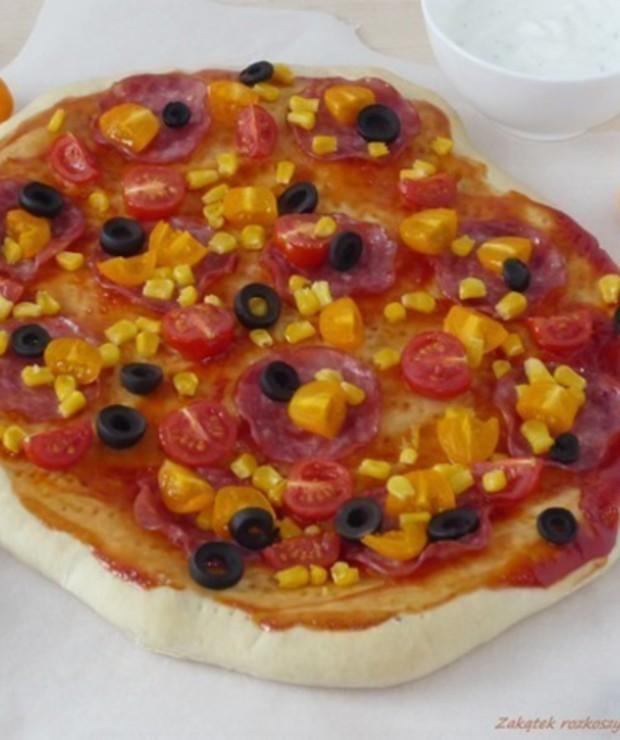 Domowa pizza z kiełbasą, pomidorkami, oliwkami i kukurydzą. - Pizza i calzone
