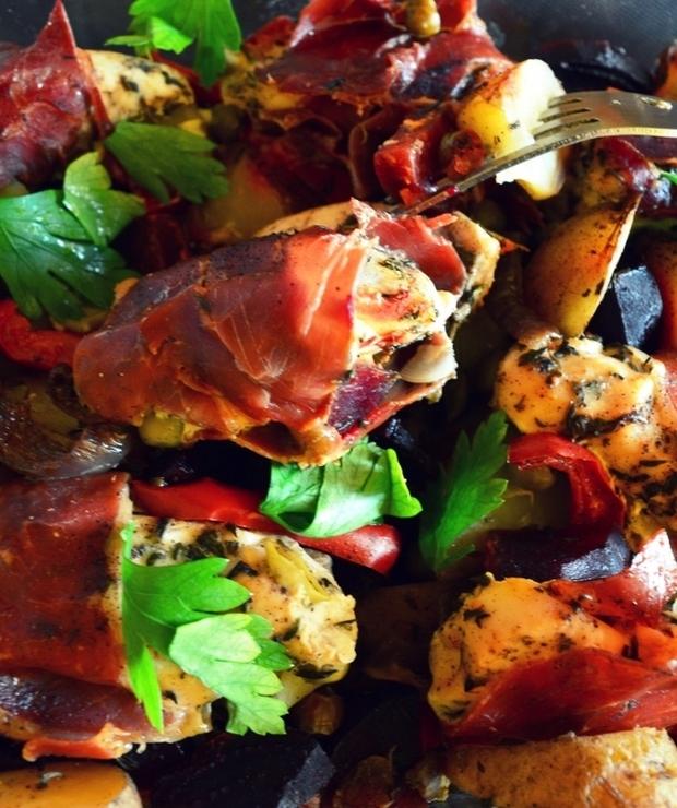 Szybkie danie z jednego garnka – zapiekany kurczak w prosciutto z warzywami - Drób