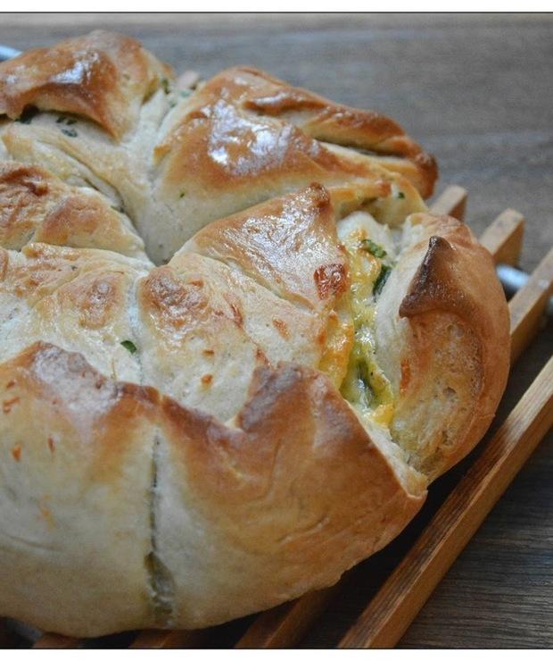 Chleb z maslem pietruszkowo-czosnkowym z cheddarem - Chleby