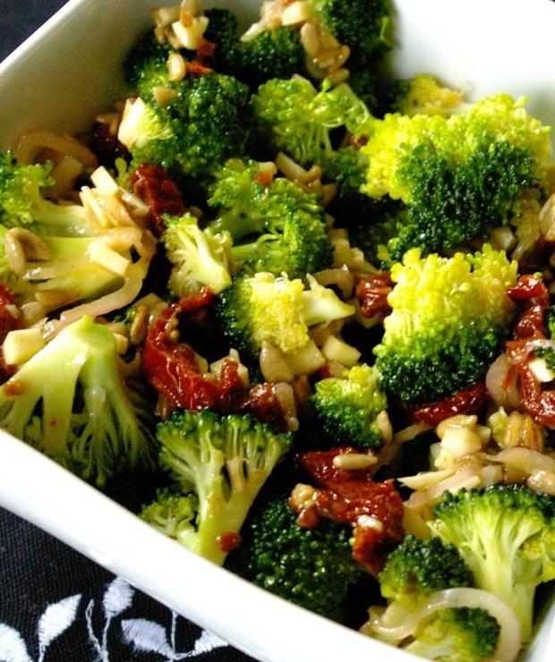 Sałatka brokułowa z suszonymi pomidorami. - Jarskie