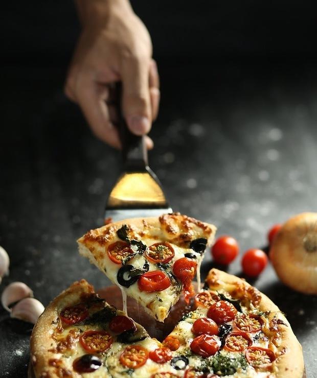 Lekka alternatywa dla tłustych dodatków na pizzy? Zobacz propozycje. - Na gorąco