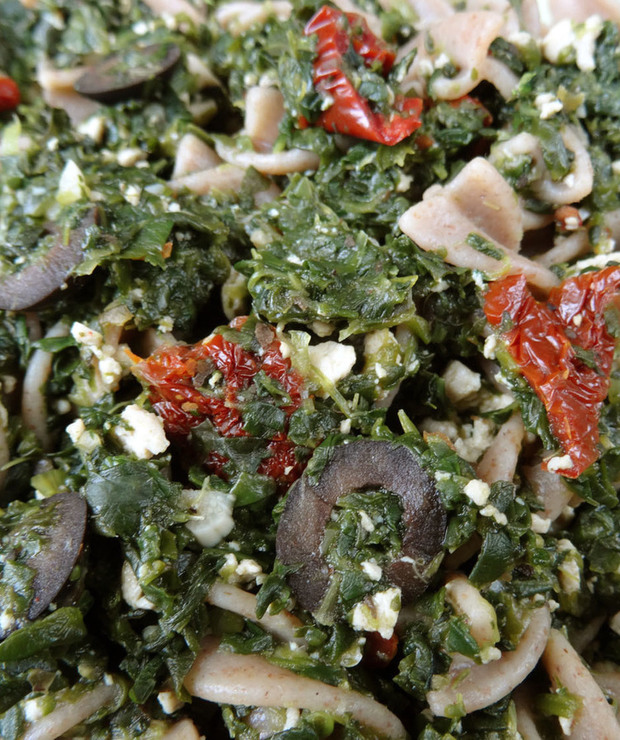 Makaron ze szpinakiem, tofu, suszonymi pomidorami i oliwkami - Dania z makaronu
