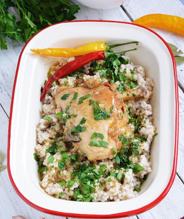 Kurczak w sosie z kaszą jęczmienną - Drób