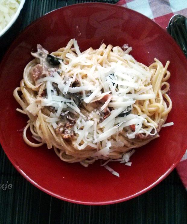 Spaghetti z suszonymi pomidorami, szynką parmeńską i oliwkami - Dania z makaronu