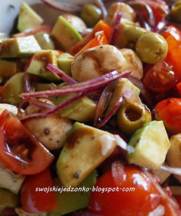 Sałatka z awokado,mozarellą ,pomidorkami i sosem balsamicznym - Jarskie