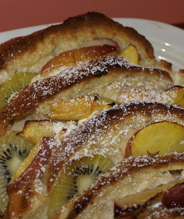 Pudding chlebowy z białym serem i owocami. - Na gorąco